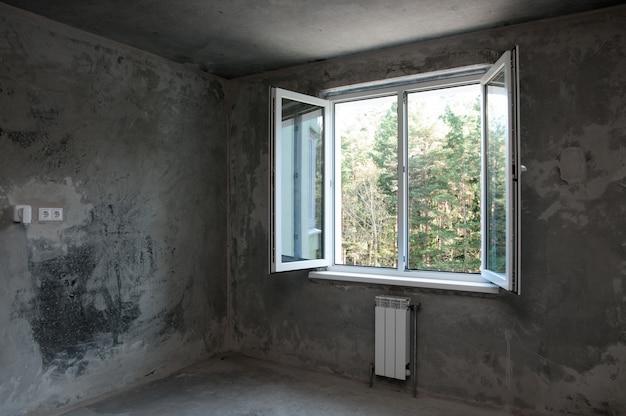 仕上げをせずに新しいアパートの窓