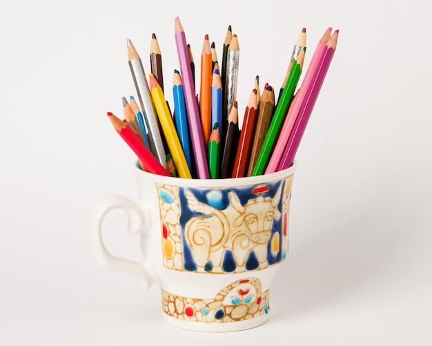 カップにカラフルな鉛筆