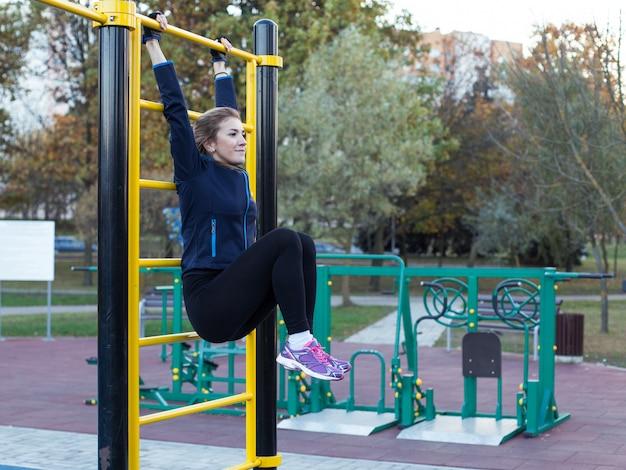 脚の上昇を行う若い運動女性