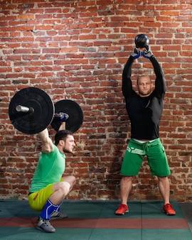 Мужчины делают тренировки кроссфит
