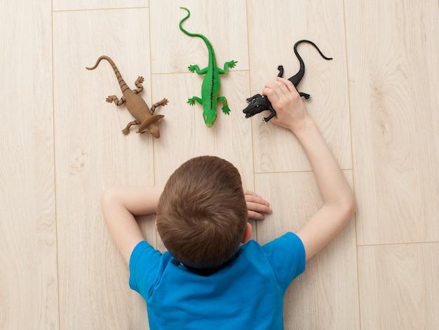 Мальчик играет с игрушками