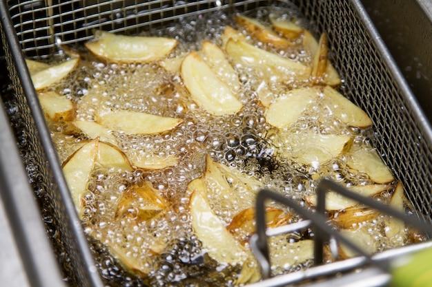 ファーストフードキッチン-油で揚げるジャガイモ