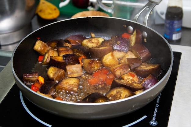 Тушеные баклажаны готовятся на сковороде