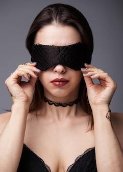 Сексуальная женщина с повязкой на голове