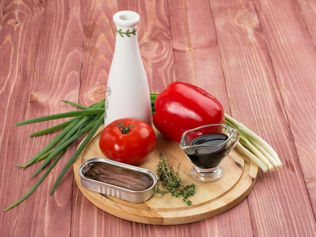 Продукты питания. натюрморт. набор овощей и рыбных консервов