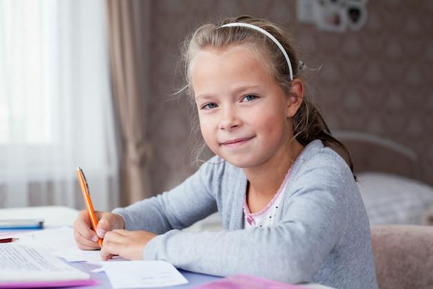 宿題をしている小さな学校の女の子