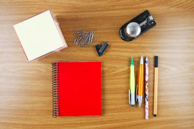 机の上の学用品