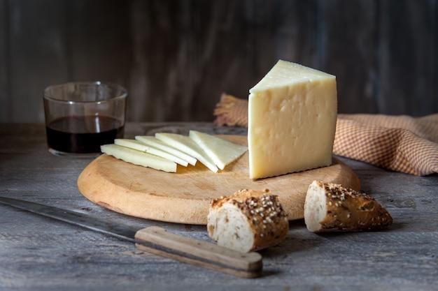 テーブルの上の硬化チーズ