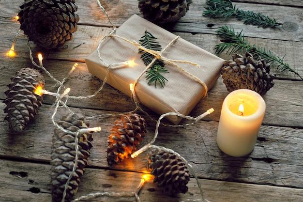 Подарочная упаковка, обернутая крафт-бумагой, перевязанная веревкой