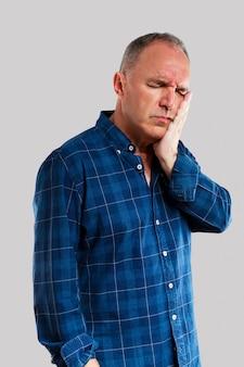 歯痛を持つ成熟した男