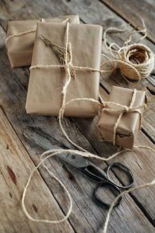 Подарочные пакеты, обернутые крафт-бумагой и перевязанные веревкой