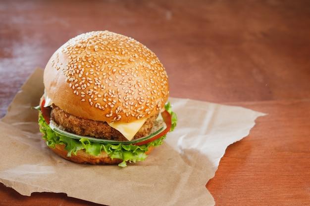 Гамбургер с сыром на деревянном столе