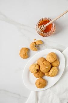 Надземный взгляд печений сахара свободных на салфетке. одно печенье укушено.