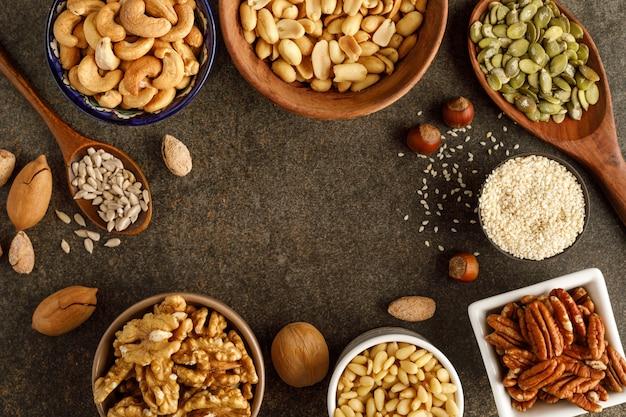 ボウルにさまざまな種類のナッツ。上面図。コピースペース