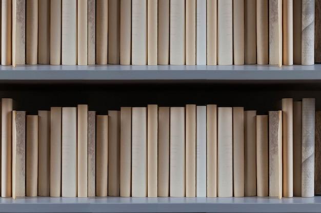 Книжная полка, полная книг