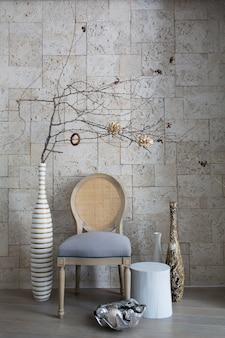 Красивый стул и предметы интерьера