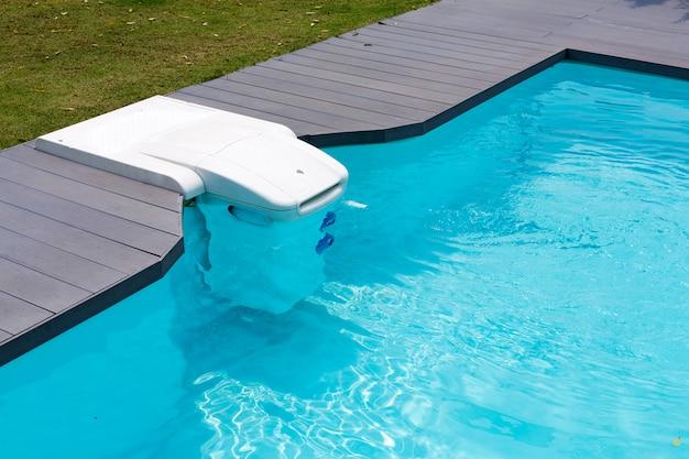 Диспенсер для воды в бассейне