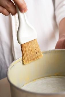 Ручная чистка масла внутри противня