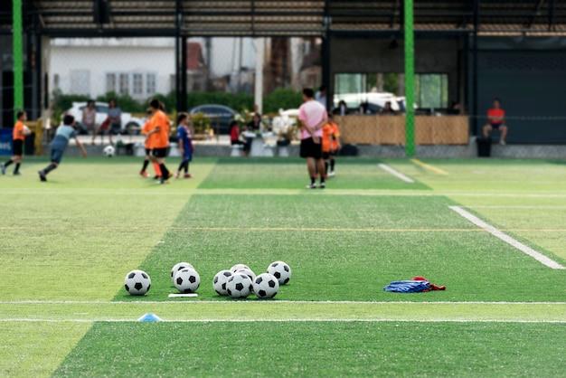 緑のサッカー場でトレーニングボール