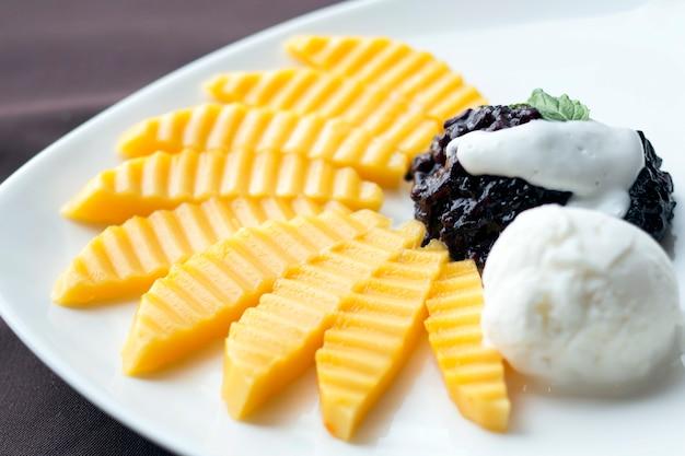 Тайский сладкий десерт из манго с клейким рисом и мороженым