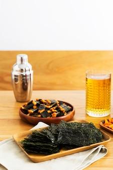 テーブルの上のおいしい日本の海藻とせんべい