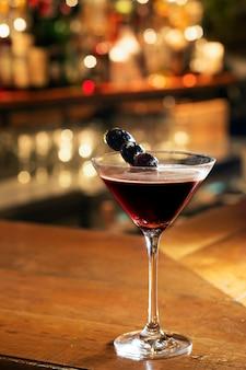 Эспрессо мартини подается на барной стойке
