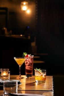 Три стакана коктейля подают на барный стол