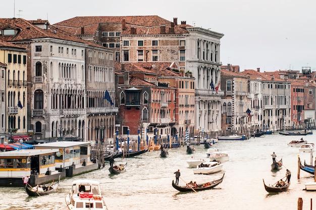 Вид на венецию с моста риальто