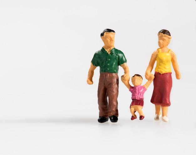 Счастливая семья с маленьким ребенком миниатюрных людей