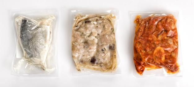 Три различных свежих здоровых блюда в вакуумной упаковке