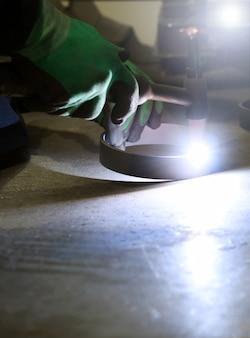 金属に取り組んでいる溶接機