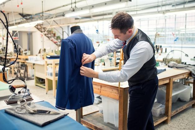 部分的に完成したジャケットの作業を調整する