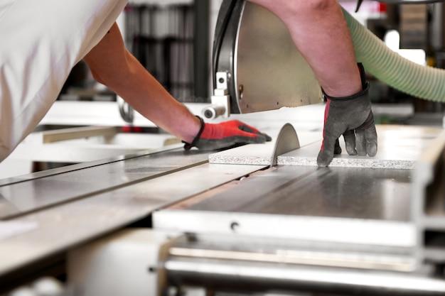 大工のこぎりで木製パネルを切断