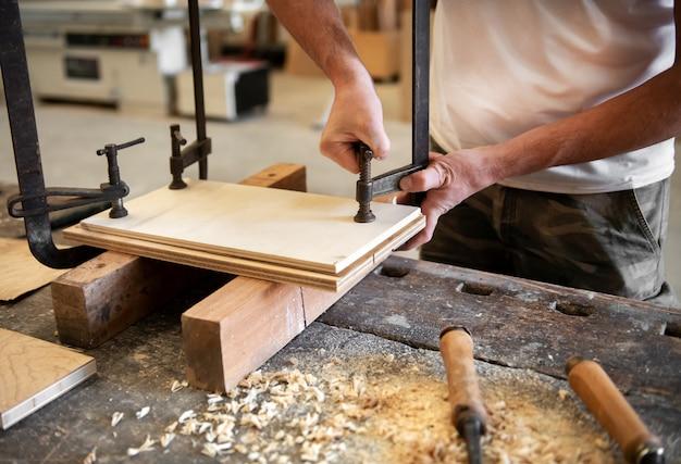 バイスを使用して大工や木工