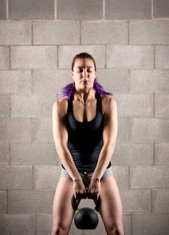 ケトルベルで運動若い女の子の運動選手