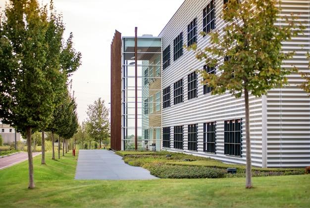 美しい庭園のある近代的なオフィスブロック