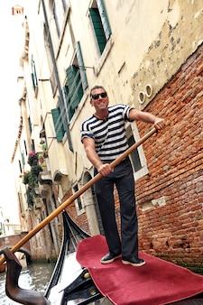 Улыбающийся венецианский гондольер