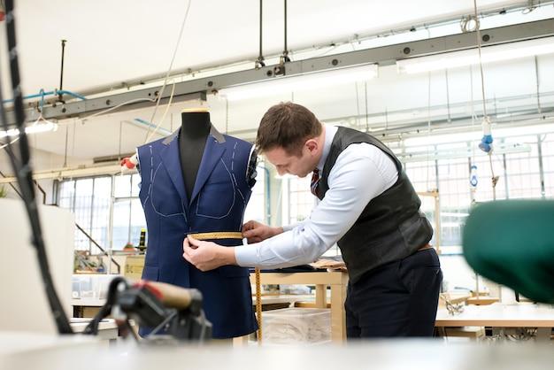 マネキンの不完全なジャケットの測定を調整する