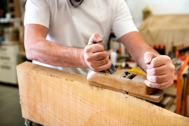 Столяр строгания поверхности панели из дерева