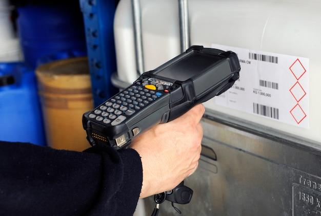 Человек сканирует штрих-коды со сканером