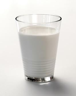 Стакан свежего коровьего молока