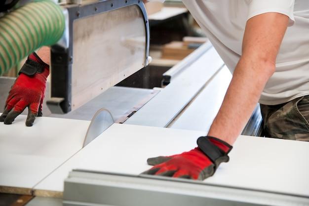 Руки плотника с помощью циркулярной пилы