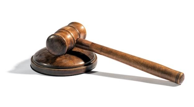 台座の上の古い木製裁判官小槌