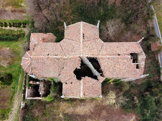 崩壊した屋根の古い放棄された教会
