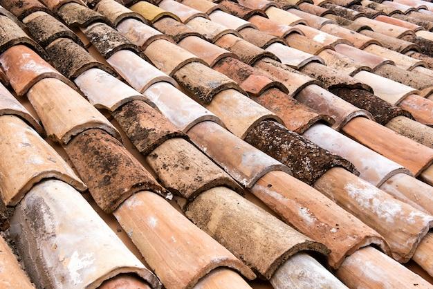 古い風化した粘土の屋根瓦の詳細