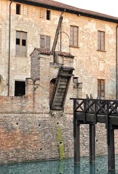 城の壁に古い跳ね橋