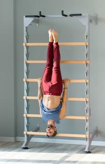 Спортивный человек, тренирующийся на лестнице гимнастики