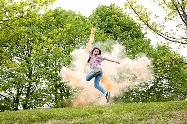 色の煙のフレアとアジャイルの興奮した女の子