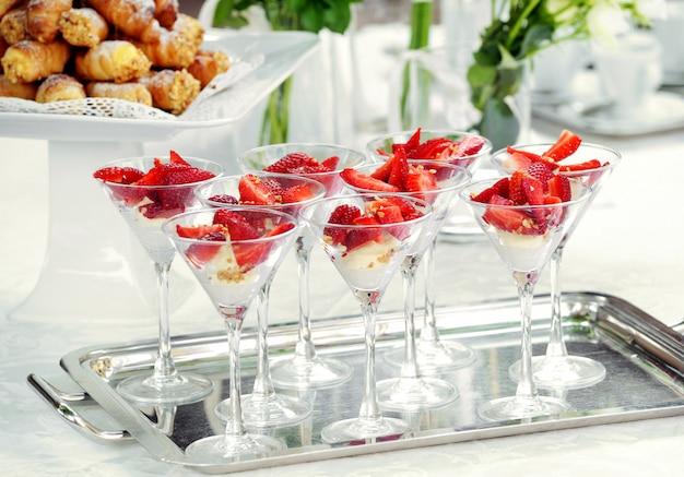ビュッフェ式のイチゴデザートのエレガントなグラス
