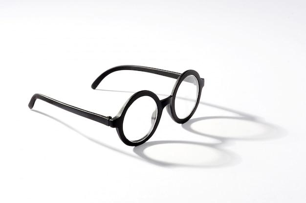 白い背景の影と丸いメガネ